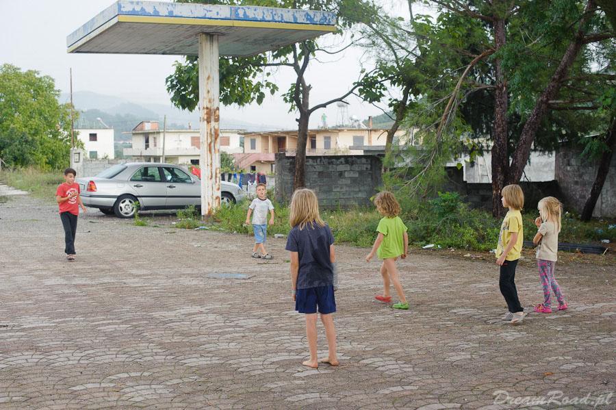 Dzieciaki grają w piłkę z lokalesami, gdzieś w okolicy Elbasan.