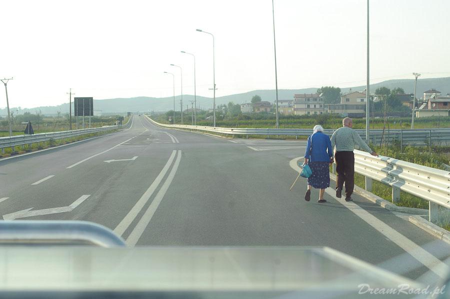 Kolejni spacerowicze wzdłuż drogi. Ledwo przeszli z jednej strony na drugą. Skoro przez wiele lat nie było tu drogi to dlaczego mieliby i teraz zmieniać swoje dawne trasy spacerów?
